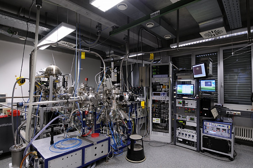 System for reactive molecular beam epitaxy (MBE) for (oxide) materials with RHEED monitoring set-up and an atomic oxygen source. Magnetron sputtering system for oxide and (oxo)nitride materials is also available.